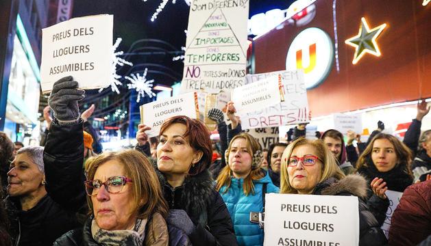 Alguns dels assistents a la manifestació sostenen cartells amb diversos missatges de reivindicació.