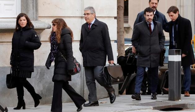 L'exconseller Francesc Homs, coordinador de les defenses, amb els advocats, ahir.