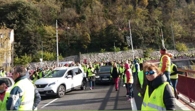 Armilles Grogues tallen la carretera a la localitat de Foix.