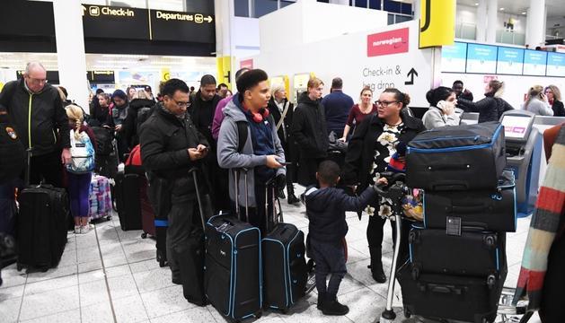 Passatgers a l'aeroport de Gatwick, ahir.