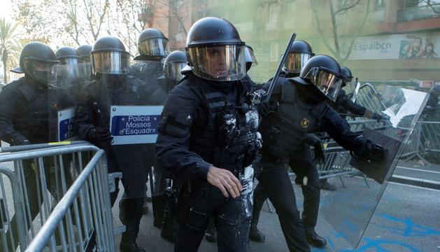 Agents dels mossos d'esquadra, durant el dispositiu d'ahir a Barcelona.