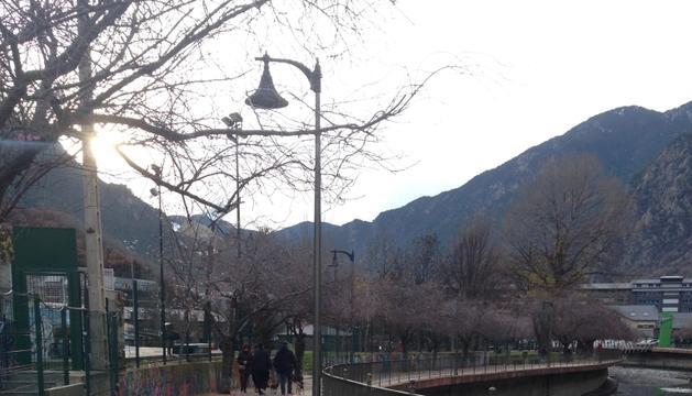 Aquest tram, situat al passeig del riu, és un dels carrils bici de la capital per on els patinets poden circular.