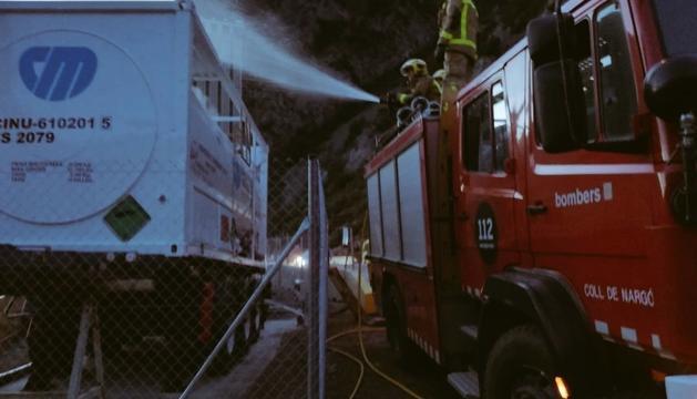 Els bombers actuant al camió.