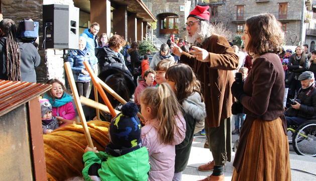 Els infants donen cops de bastó al tió per obtenir el regal.