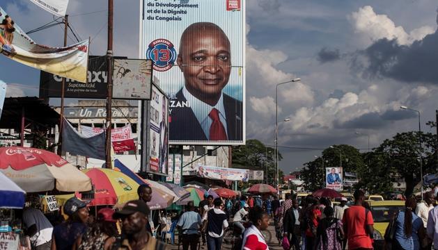 Carrer decorat amb un pòster d'Emmanuel Ramazani.