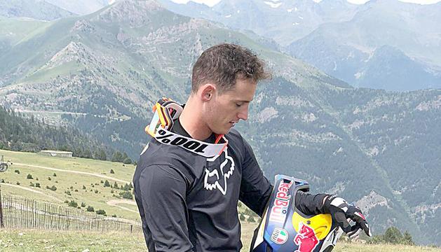 Pol Espargaró amb la bicicleta de muntanya