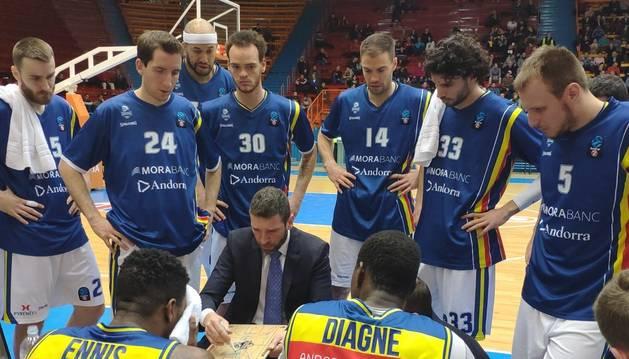 Ibon Navarro amb els jugadors durant el partit del