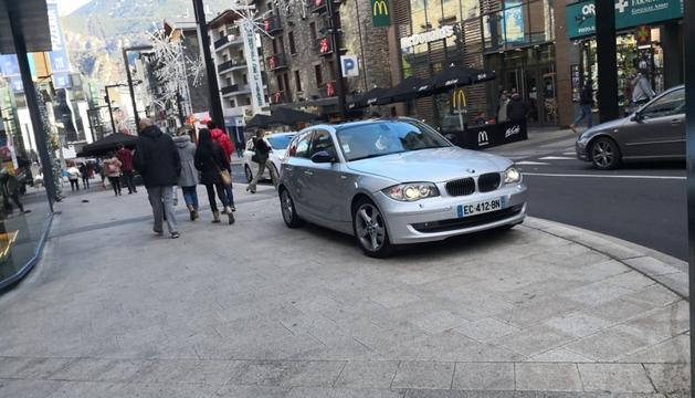 Un vehicle estacionat a l'avinguda Meritxell.