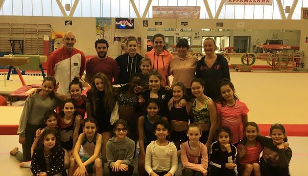 Imatge de les gimnastes dels Serradells a França.