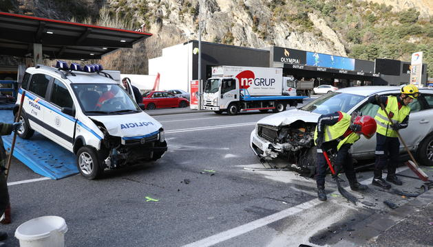 Retirada de dos dels vehicles implicats en l'accident múltiple d'aquest matí