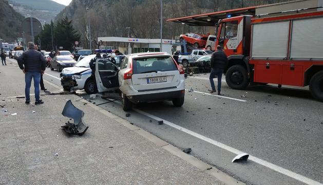 Un dels vehicles implicats en l'accident és un cotxe de la policia