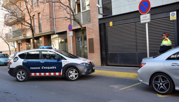 Arribada del cotxe dels mossos amb l'andorrà detingut avui als jutjats