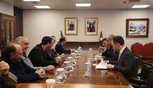 El Govern es va reunir ahir amb els sindicats i la patronal.