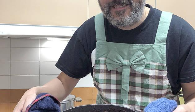 Oriol Vilella amb un dels plats que elabora