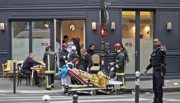El personal mèdic transporta els ferits després de la forta explosió al centre de la ciutat francesa.