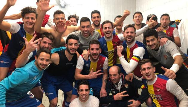 Els jugadors de l'FC Andorra celebren el triomf al vestidor del camp del Viladecans.