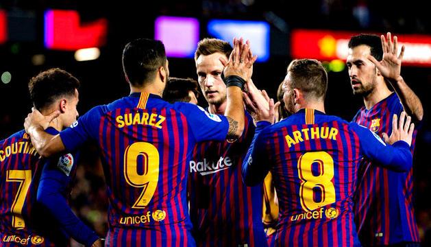 Els jugadors del Barça celebren un dels gols de Luis Suárez.