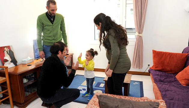 Badia i Nagam reben la visita del mossèn de Sant Julià de Lòria, que fa broma amb Nada, la petita de la família.