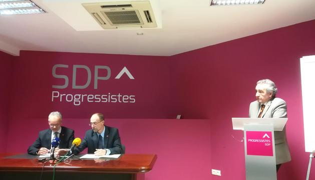 El president de Progressistes-SDP, Jaume Bartumeu, acompanyat de Víctor Naudi i Josep Roig, ahir.