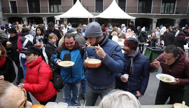 Centenars de persones han menjat avui escudella a la plaça Guillemó de la capital