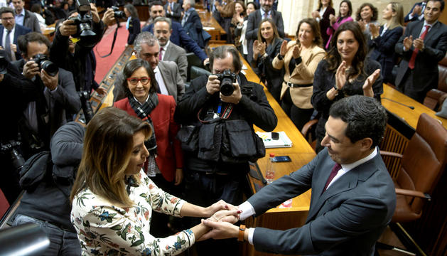 Moreno saluda Susana Díaz, ahir després de ser investit president.
