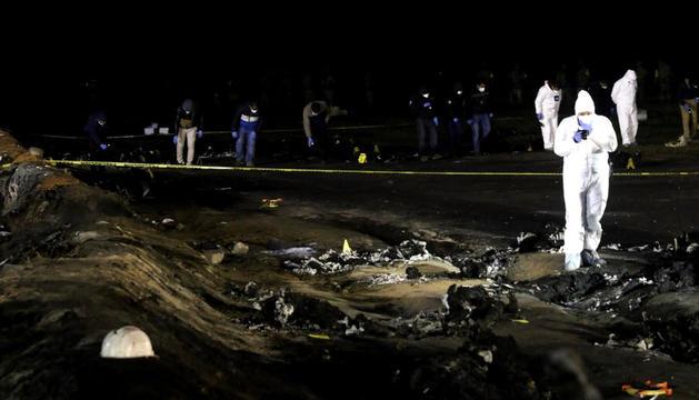 Doctors forenses a la zona de l'explosió, ahir.
