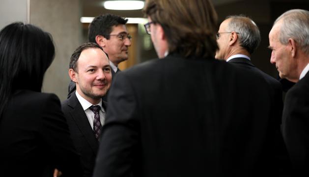 Xavier Espot conversa amb Carles Naudi, d'esquenes, en la darrera sessió del Consell.