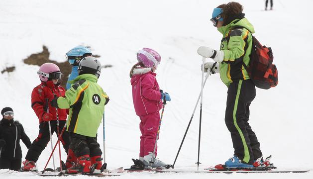 Escolars durant una classe d'esquí