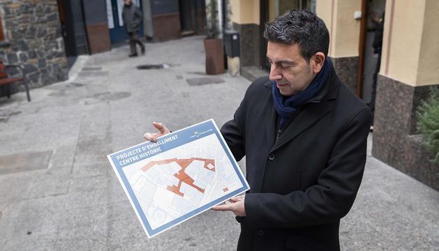 El conseller de Serveis Públics i Circulació, Miquel Canturri, amb el mapa de les zones de la remodelació