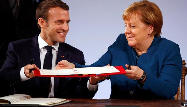 Emmanuel Macron i Angela Merkel, ahir en el moment de signar el nou tractat.