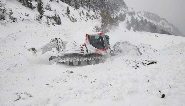 Retirada de la neu i el material de l'allau a la carretera d'Arinsal
