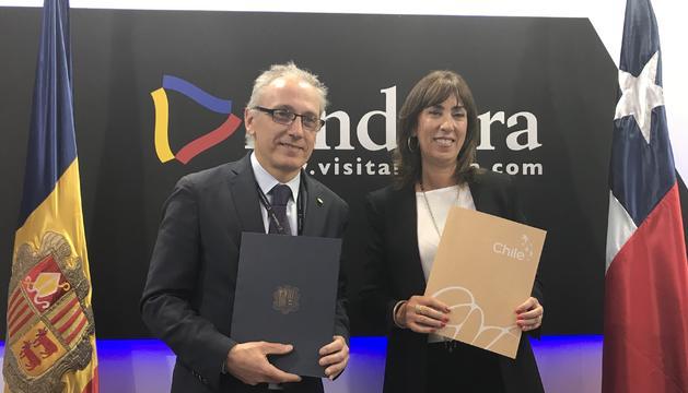 El ministre Francesc Camp i la subsecretària de Turisme xilena, Mònica Beatriz Zalaquett, durant la signatura