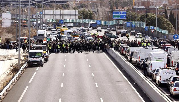Taxistes concentrats en un dels accessos de Fitur, ahir.