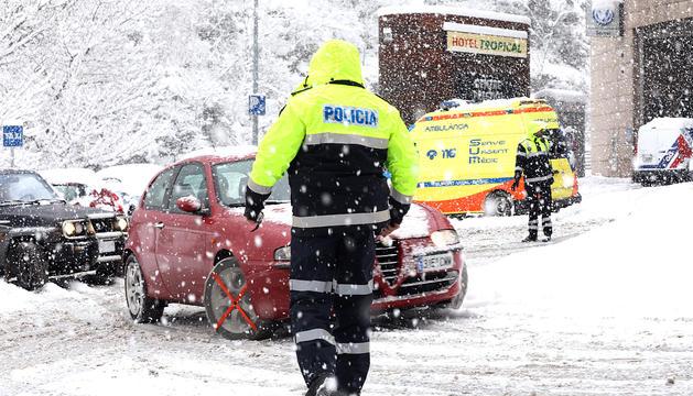 La policia va organitzar controls per vigilar que els vehicles fossin equipats.