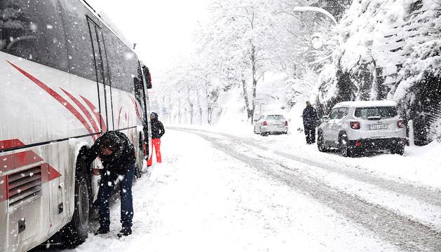 Un autobús posant les cadenes, ahir.