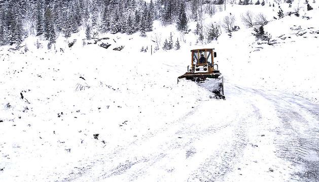 La carretera d'accés a Arinsal després de l'allau provocada, ahir.