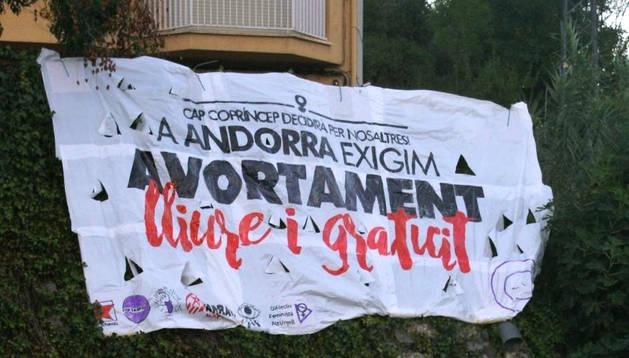 Una pancarta reivindicant el dret a l'avortament a la Seu d'Urgell.