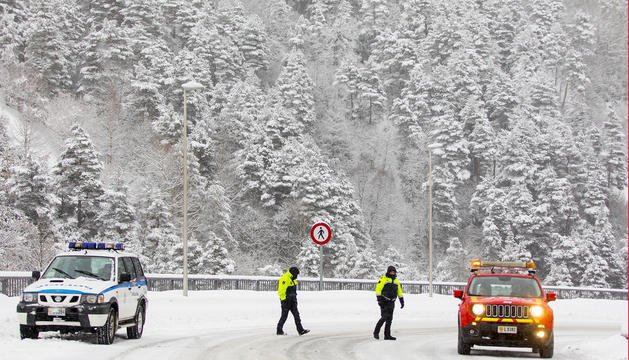La nevada i la poca visibilitat compliquen la circulació i és obligatori l'ús d'equipaments a tot el país. Les intenses ràfagues han impossibilitat l'obertura de les instal·lacions del domini ordinenc i de les cotes altes de totes les estacions