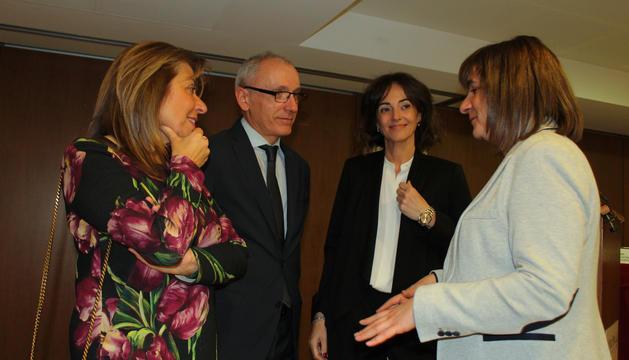 El ministre Francesc Camp, les cònsols Conxita Marsol i Trini Marín i la presidenta de l'eix central Sónia Yebra