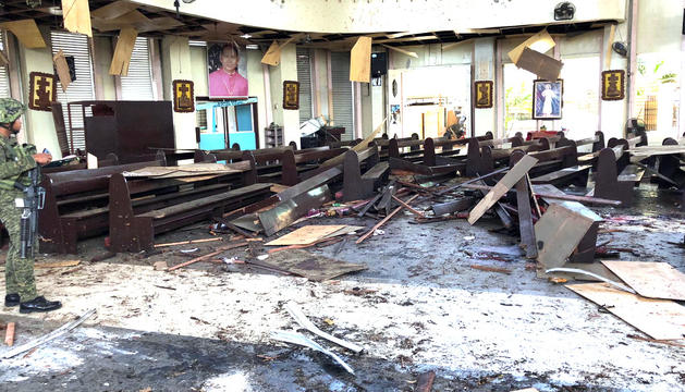 Estat de l'interior de la catedral després de les explosions.