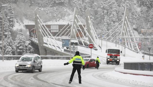 La policia realitza controls a la sortida del túnel dels Dos Valires