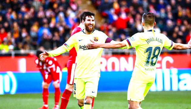 Leo Messi i Jordi Alba celebren el segon gol del Barça, ahir a Montilivi.