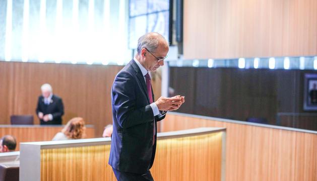 El cap de Govern, Toni Martí, mirant un telèfon mòbil.