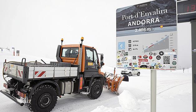 Tenir obert el port d'Envalira és un dels reptes de l'equip d'explotació de neu i només es tanca per falta de visibilitat pel vent