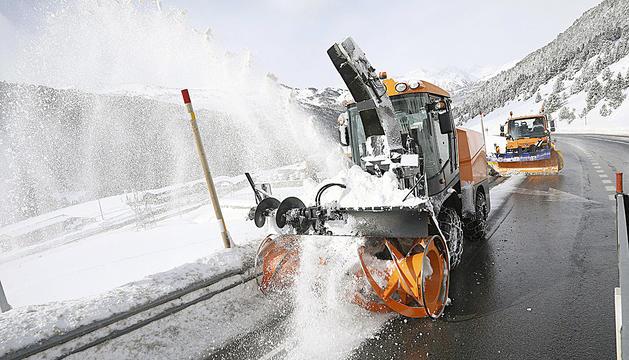 Una turbina retira la neu acumulada a Grau Roig seguida per una llevaneus que remata la feina per deixar la calçada neta