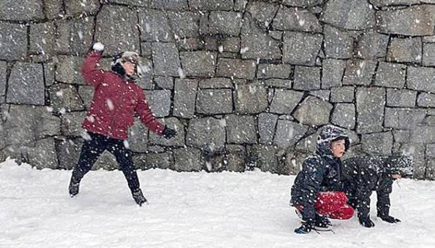 Gaudint de la neu al pati
