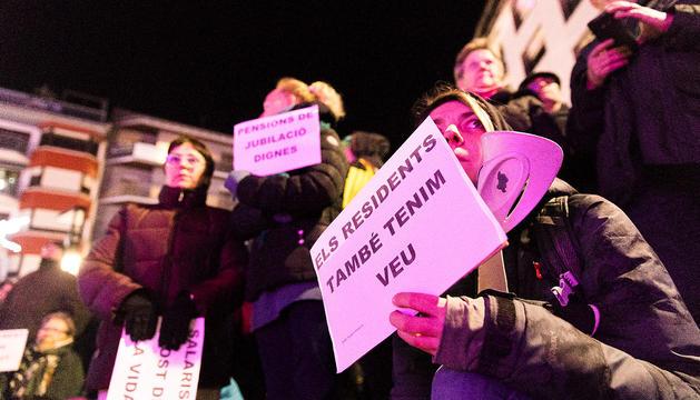 Una manifestant reclama millores de participació democràtica dels residents durant una manifestació a Andorra la Vella.
