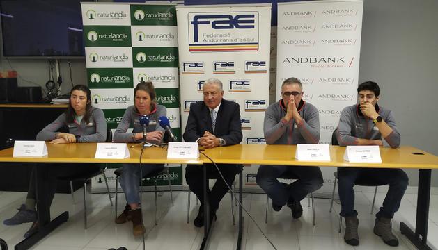 Carola Vila, l'entrenadora Laura Orgue, Josep Mª Cabanes, Joan Erola i Irineu Esteve a la roda de premsa d'aquest matí a la FAE
