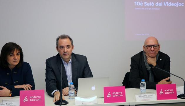 La cònsol major d'Escales, Trini Marin, amb el director general d'Andorra Telecom, Jordi Nadal i el rector de la Uda, Miquel Nicolau
