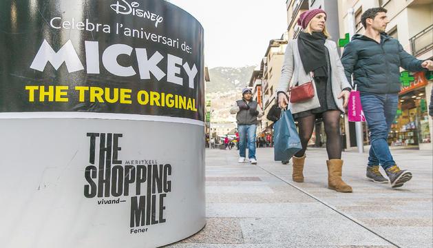 La nova marca ja es promociona a Merixell, Vivand i Fener amb banderoles i amb l'exposició de Mickey Mouse per celebrar el norantè aniversari del personatge.